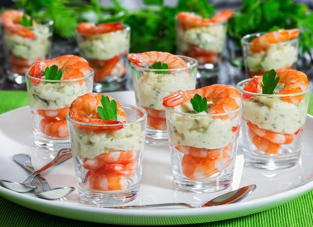 Легкий салат с креветками и авокадо
