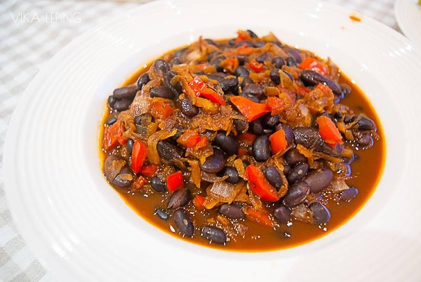 Фасоль, запеченная в томате по-средиземноморски