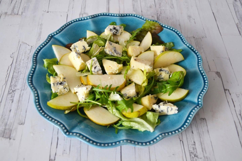"""Салат с грушами, орехами и сыром """"бри"""""""