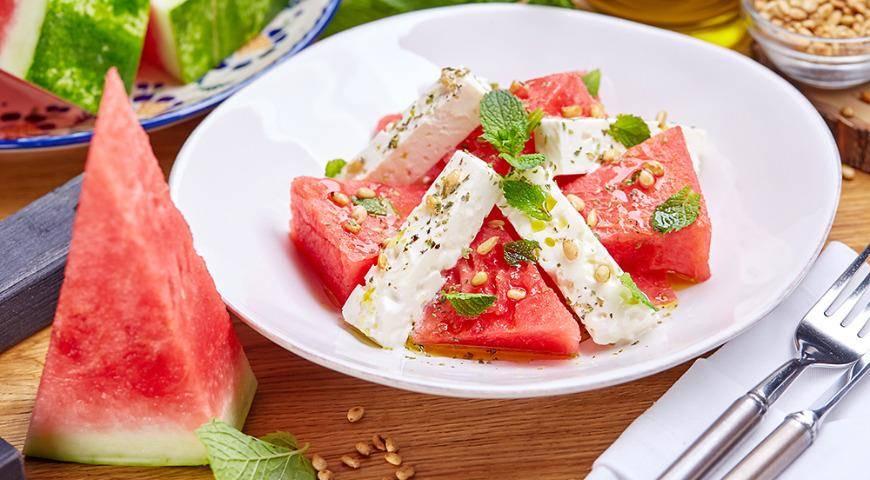 Летний салат с арбузом и мятой