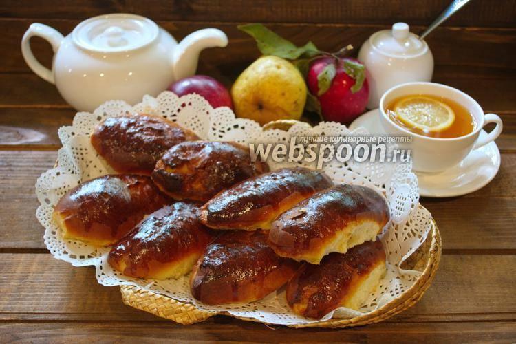 Ароматные булочки с корицей и карамелизованными яблоками