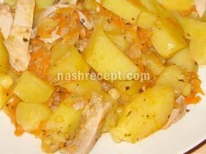 Курица тушеная с картошкой морковью и луком