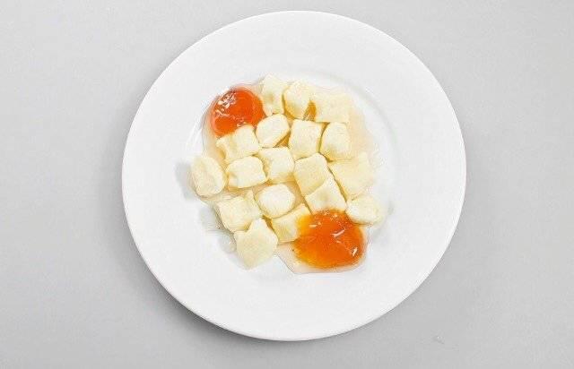 Ленивые вареники из творога с клубничным соусом