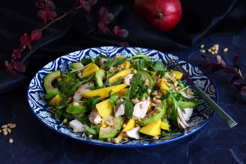 Летний салат с манго и авокадо