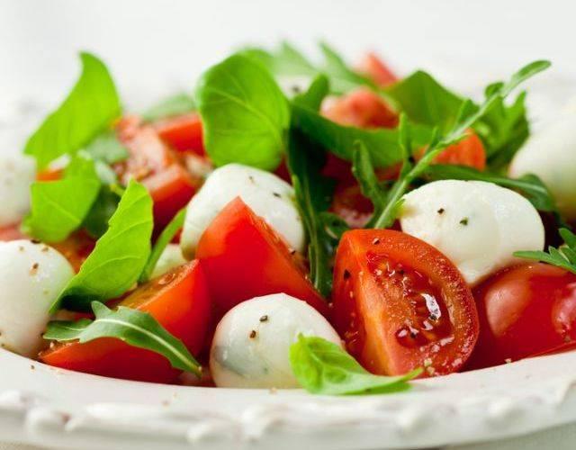 Салат из помидоров, моцареллы и базилика с горчичной заправкой - рецепт с фотографиями - patee. рецепты
