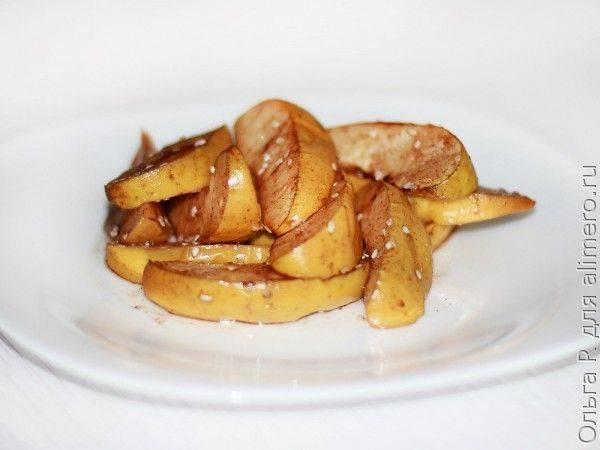 Печеные яблоки с кунжутом и корицей