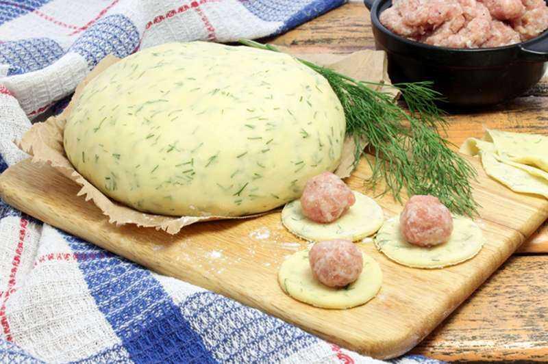 Вкусное тесто пельменей на кефире. пошаговый фото рецепт приготовления вкусного теста для пельменей на кефире с яйцом и зеленью