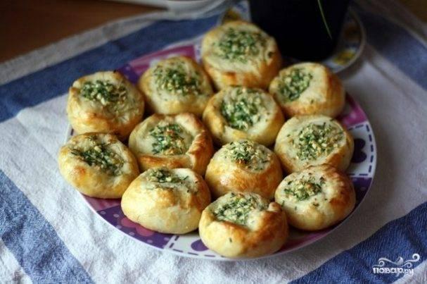 Булочки с маслом, зеленью и чесноком