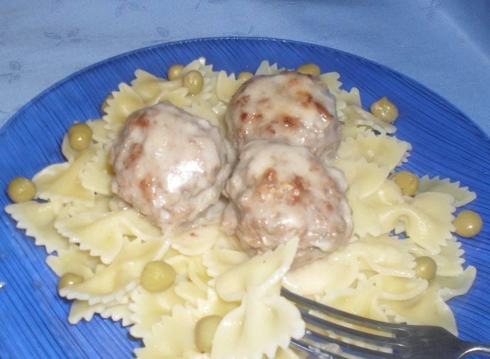 Спагетти с фрикадельками в сливочно - сырном соусе.