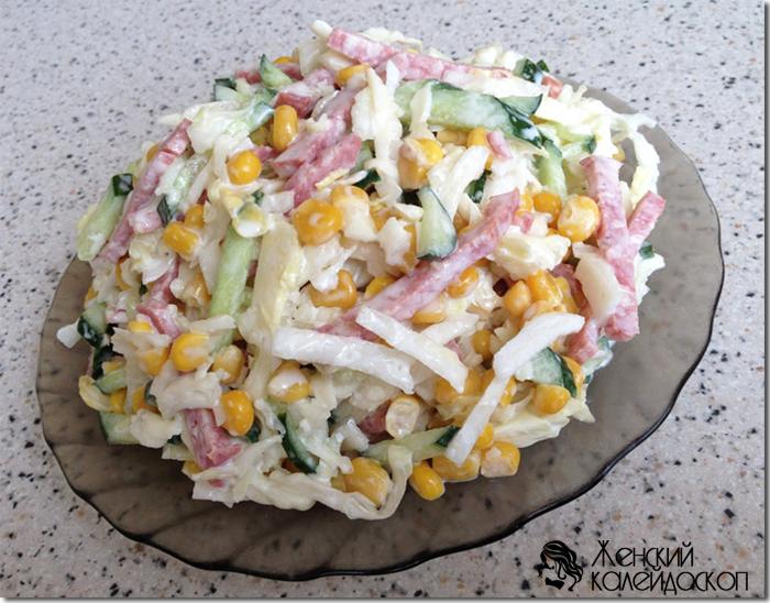 Легкий салат из кукурузы, томатов и огурцов