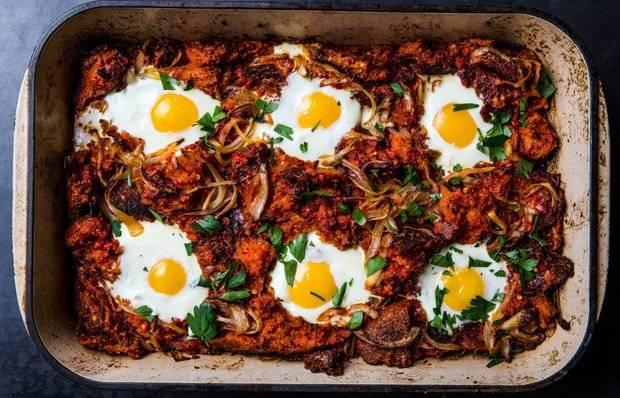 Аппетитная запеканка с беконом и яйцами на завтрак