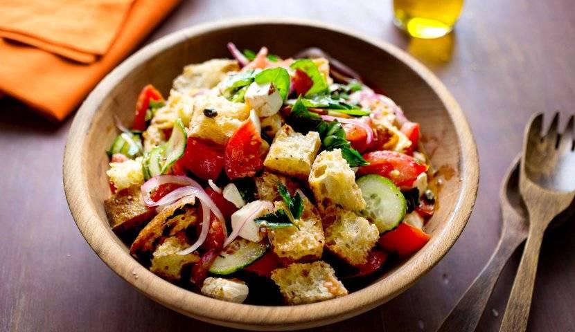 Итальянский овощной салат с макаронами, ветчиной и сыром