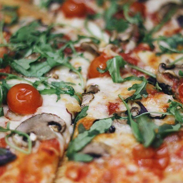 Пицца на тортилье – положил готовую начинку, подогрел и ешь