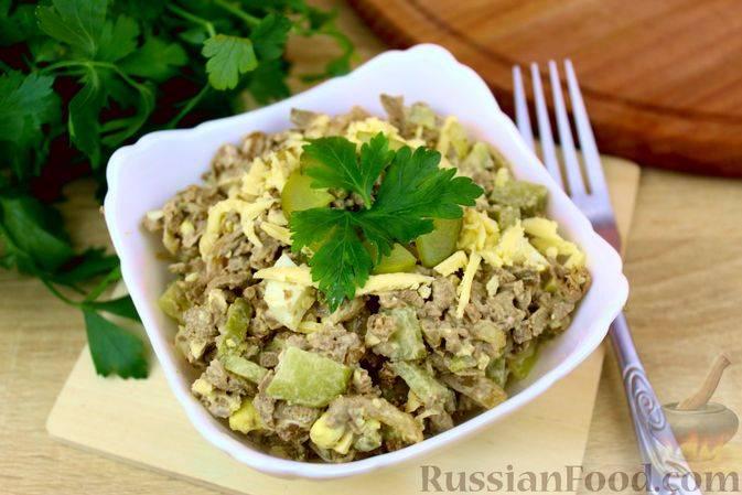 Салат с говяжьей печенью и солеными огурцами