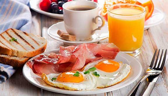 Английский завтрак: 4 рецепта яичницы с беконом