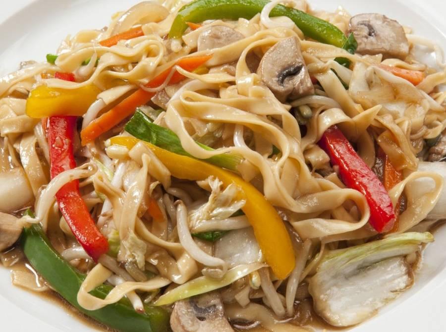 Лапша с жареной телятиной, овощами, маринованными грибами и шпинатом по-корейски или «чапчхе»