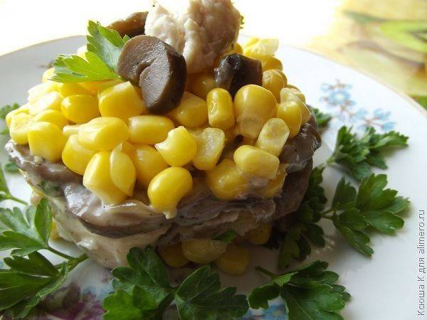 Кукурузный салат с курицей и грибами