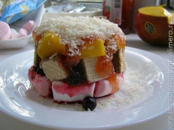 Десерт из черной смородины и манго