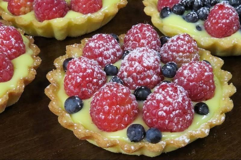 Бисквитный творожно-сливочный торт с ягодами: пошаговый рецепт