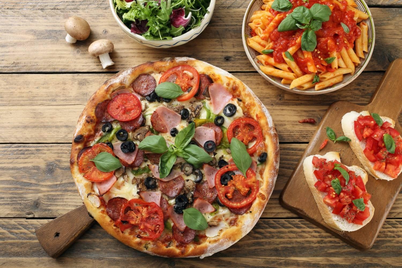 Пицца с моцареллой и колбасой