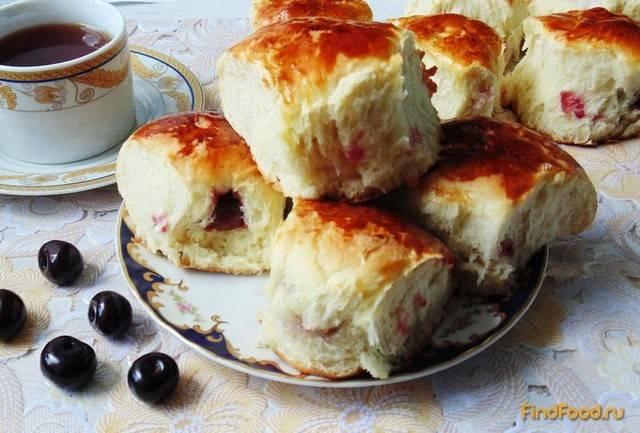 Домашние булочки с вишней