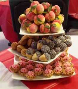 Пирожные персики