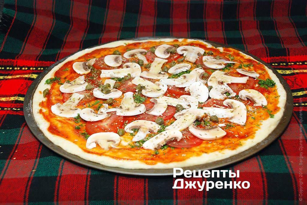 Домашняя пицца с грибами, курицей и овощами