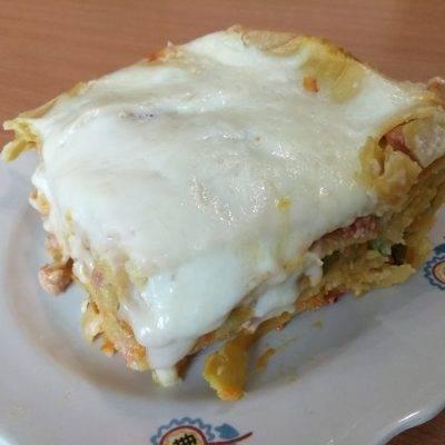 Домашняя лазанья со свиной колбасой и сыром