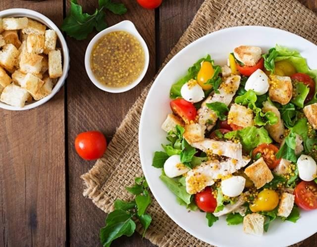 Салат с клубникой, рукколой и фетой
