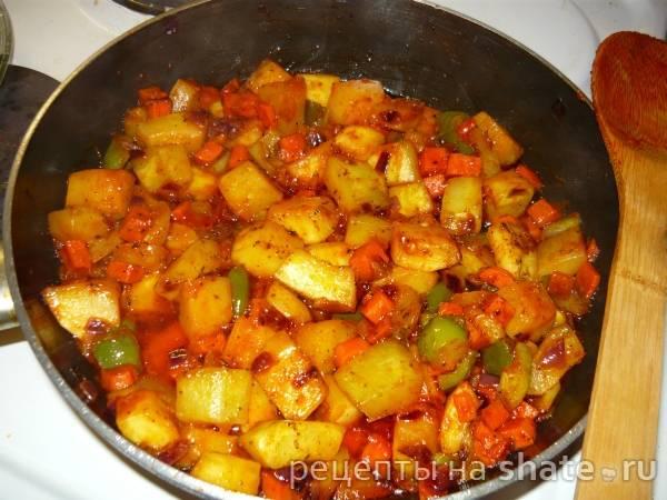 Кабачки с овощами в сковороде