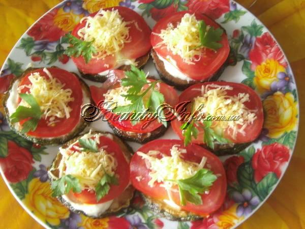 Кабачок с помидором, чесноком и петрушкой. теплый салат