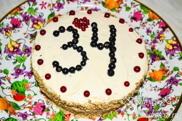 Бисквитный торт сжеле изчерной смородины