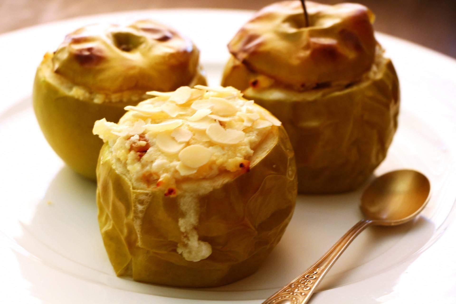Яблоки с творогом, изюмом и орехами