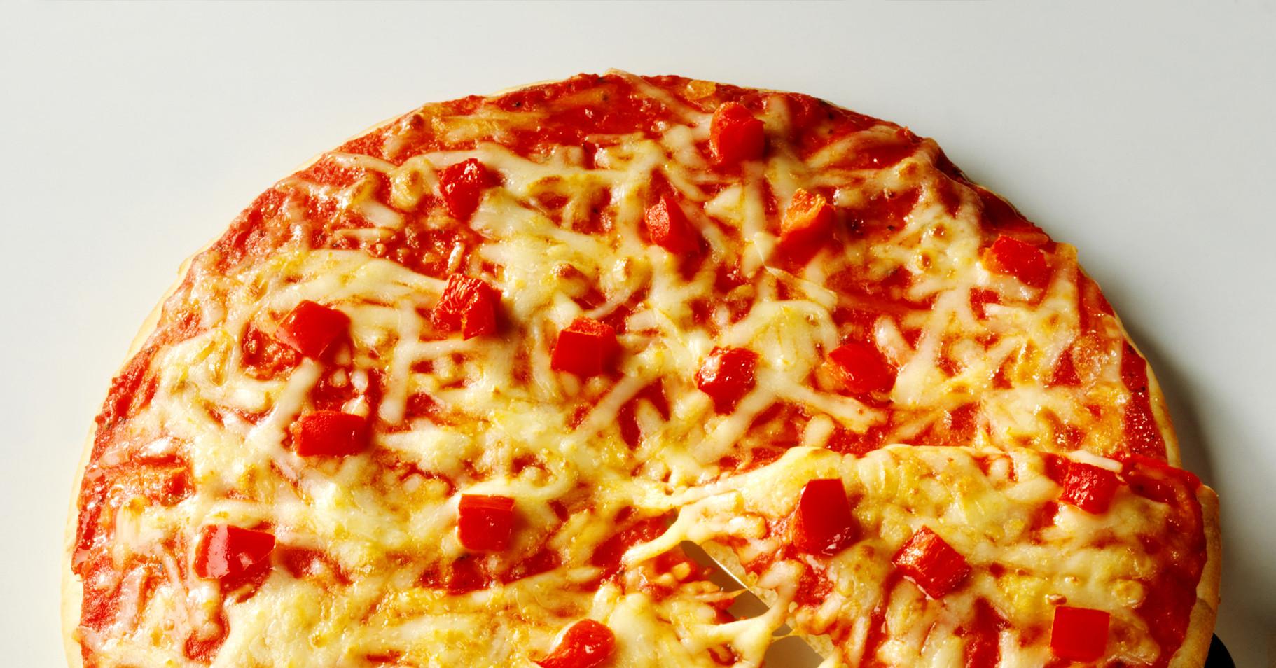 Пицца на жидком тесте со свининой, помидорами и перцем