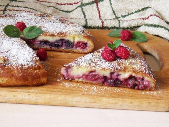 Пирог с ягодой и орехами в мультиварке