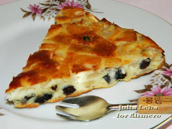 Быстрый пирог с яблоками, изюмом и корицей