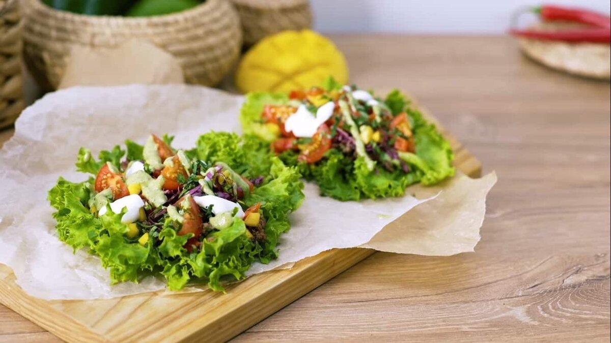 Арабские лепёшки с курицей и салатом