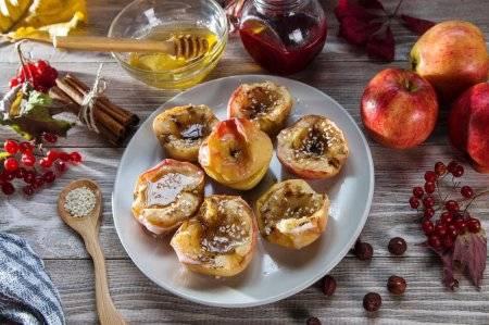 Яблоки, запеченные с медом и корицей