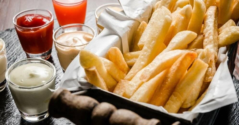 Давайте приготовим томатный и сырный соус для картошки фри