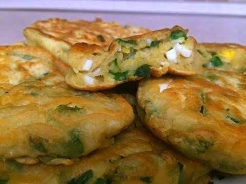 Оладьи/ленивые пирожки с зеленым луком и колбасой