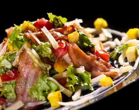 Салат с жареным беконом