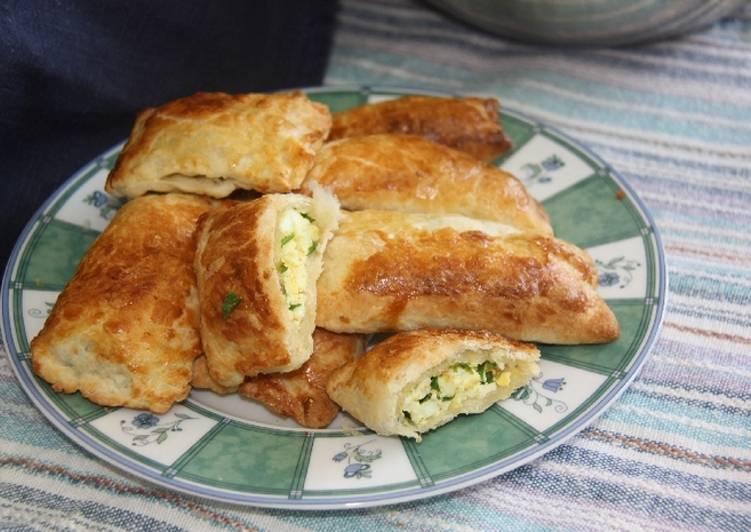 Пирожки с яйцом и зеленым луком на сковороде