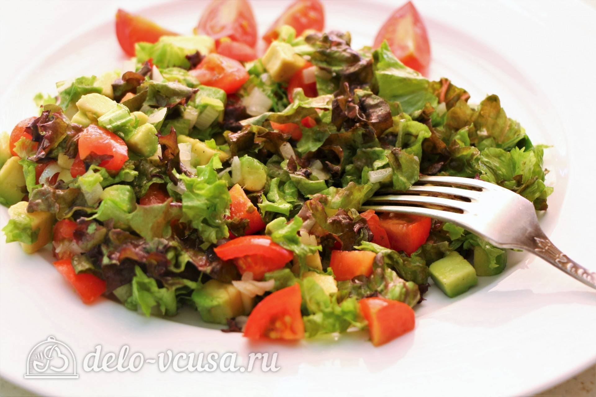 Салат из авокадо с креветками и томатами