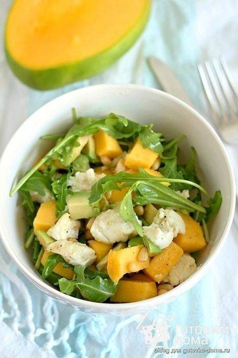 Легкий салат с манго и авокадо