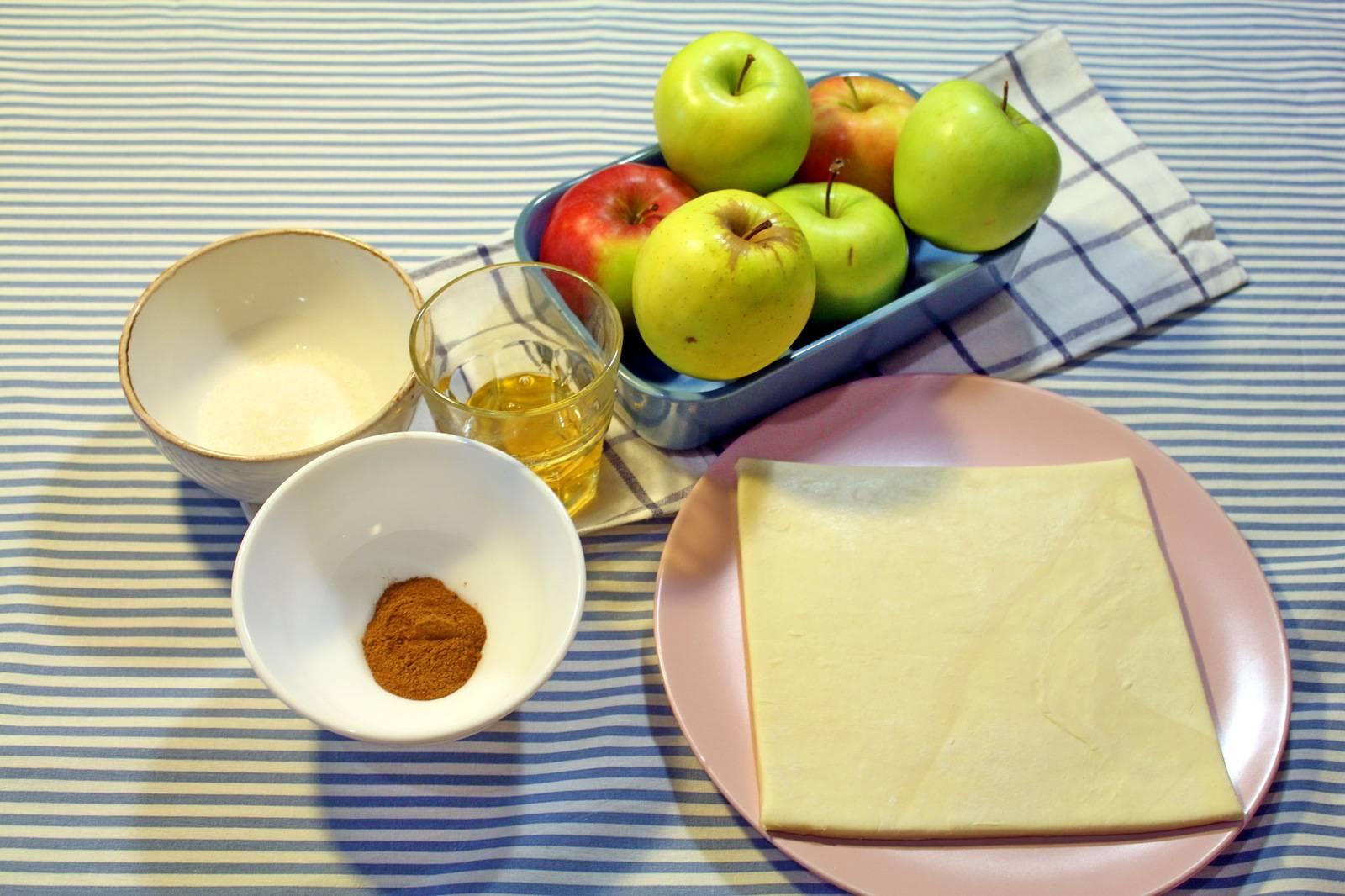 Печеные яблоки в духовке с медом и корицей