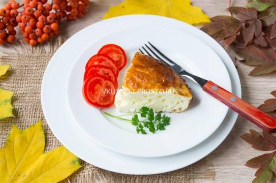 Пышный омлет с сыром на сковороде с молоком