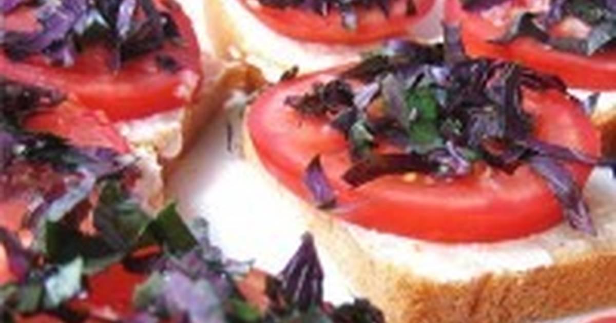 Идеальный завтрак: итальянский тост с моцареллой и базиликом