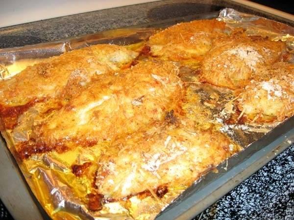 Сом, запеченный под сыром с помидорами