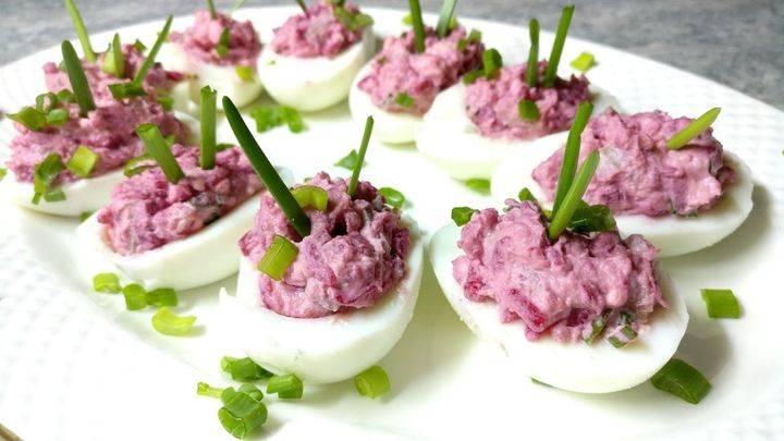 Быстрая закуска для застолья - яйца на крекерах с горчично-майонезным соусом