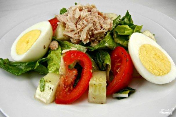 Летний салат с тунцом и свежими огурцами